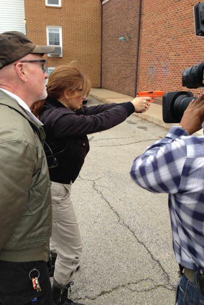 Después de algunos tips, Paola está lista para disparar.
