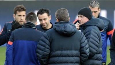 Jugadores como Xavi, Alba y Pinto escuchan con atención a Vilanova (dere...