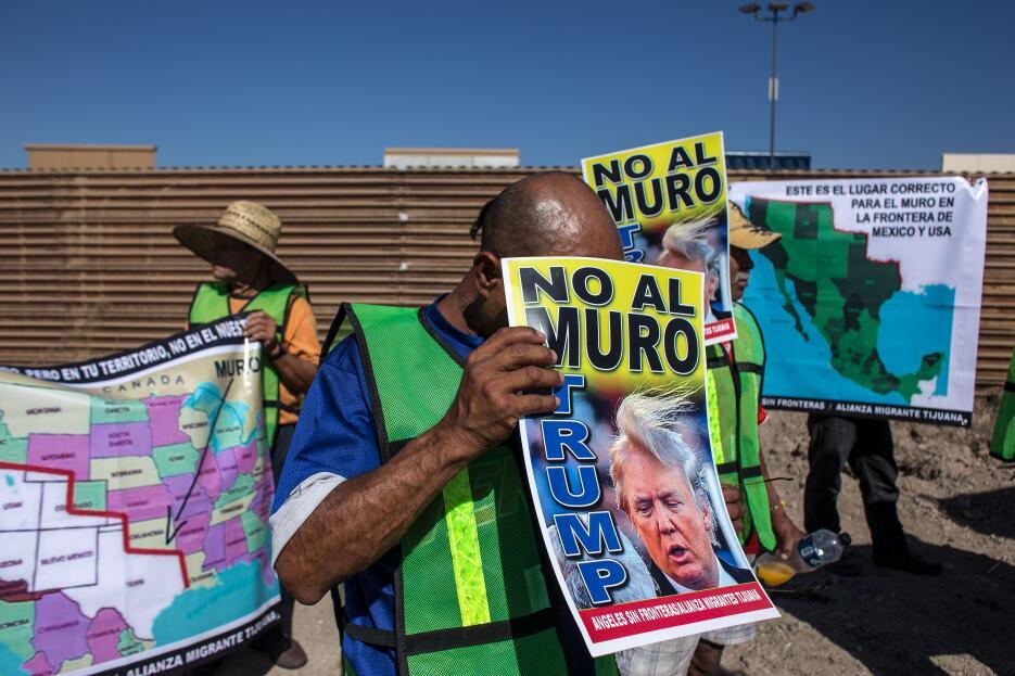 En fotos: Así quemaron una piñata de Trump al lado de la valla fronteriz...