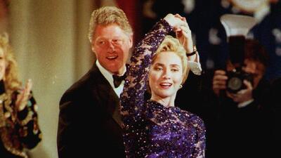 Sí, Hillary Clinton también ha usado vestidos (14 de sus looks más arriesgados)
