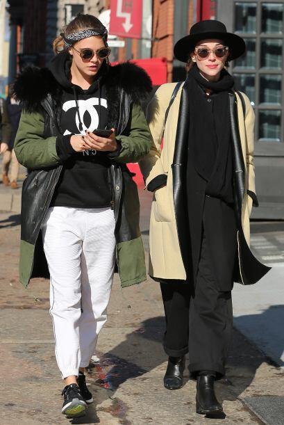 Las chicas parecían muy relajadas mientras paseaban enfundadas en prenda...