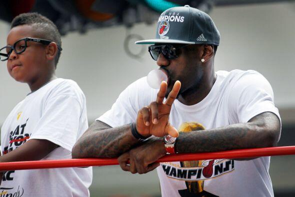 El MVP de las Finales, LeBron James, parecía un tanto serio a lo largo d...