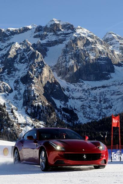 De por si los autos de Ferrari son muy atractivos, pero si de fondo tien...
