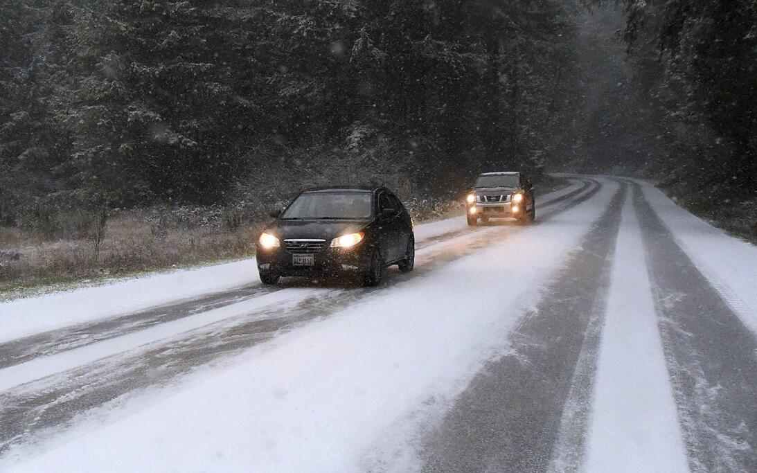 Conductores circulan cerca de Yelm, en el estado de Washington, donde la...