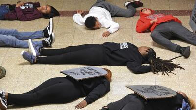 Estudiantes de Parkland participan en protesta en la alcaldía de Chicago contra la violencia policial