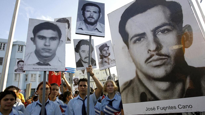 Estudiantes con fotos de víctimas de la caída de un avión cubano