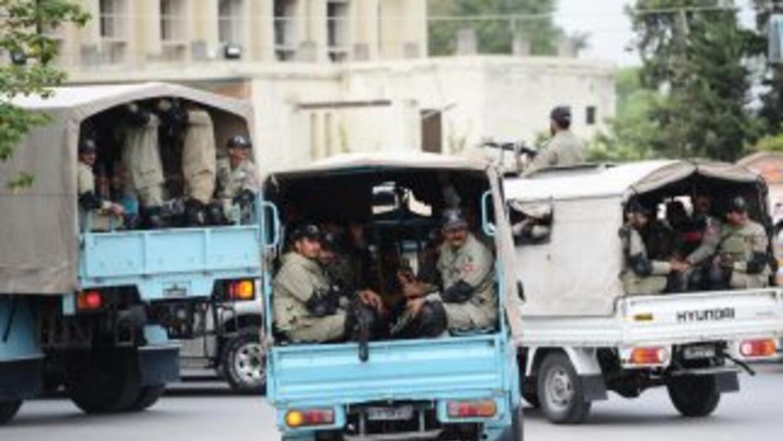 A la zona arribaron decenas de policías para contener los ataques de los...