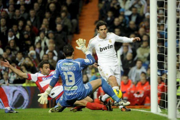 Kaká ingresó en su lugar y estuvo muy cerca de marcar pero su remate pas...
