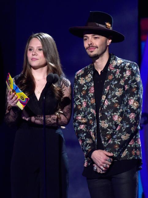 El popular dúo Jesse & Joy presento el Premio a Mejor Nuevo Artista.