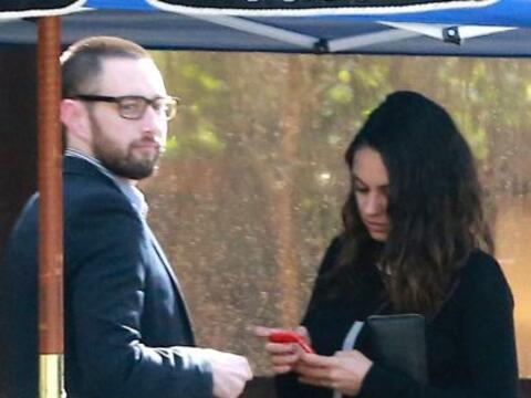 Los paparazzi pillaron a Mila Kunis con otro hombre...