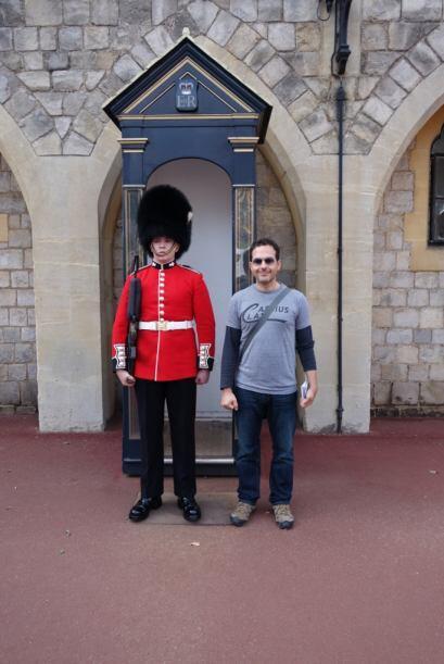 Aquí está junto a uno de las guardias del palacio. Le dicen 'bear skins'...