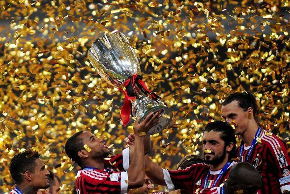 El festejo duró un buen rato y los jugadores del Milan se divirtieron co...