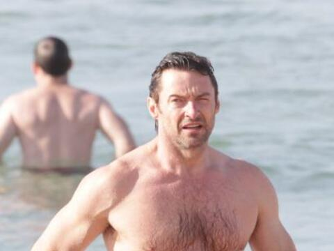 Hugh Jackman presumió cuerpazo al darse un chapuzón en el...