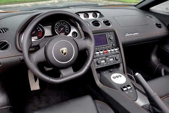 En el interior se nota la manufactura alemana de Audi.