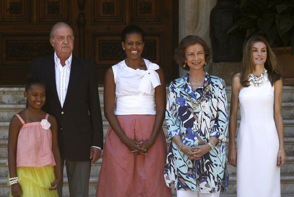 A la llegada al Palacio, Michelle Obama y su hija fueron recibidas por l...