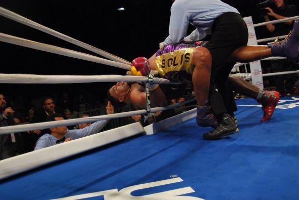 En el décimo asalto Ray Auston, sin piernas, cayo sobre Solís y apunto e...