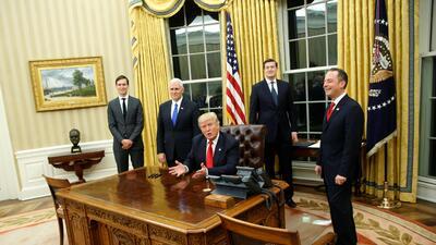 El dorado de la Torre Trump redecora la sobria oficina Oval de la era Obama (FOTOS)
