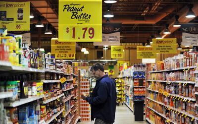 Un cliente revisa un producto en un supermercado de Fairfax, en Virginia.