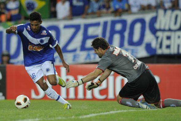 Wallyson recorta la gambeta frente al portero Agustín Orión y asegura el...