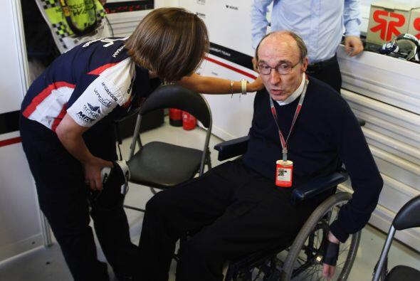 Claire Williams, le informa a su padre, Sir Frank Williams, del triunfo.