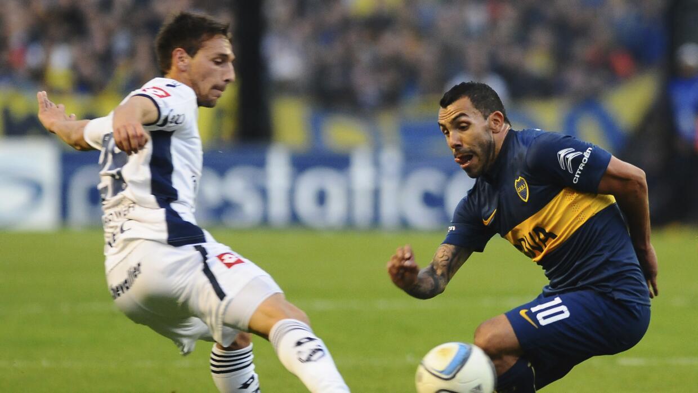 Alexis Canelo enfrentando a Carlos Tévez.
