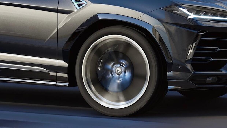 Los frenos delanteros de la Lamborghini Urus tienen discos de 17.3 pulga...