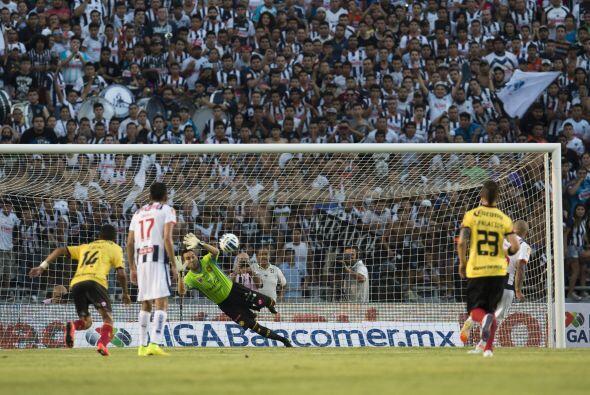 Humberto Suazo incluso falló una pena máxima a los 52 minutos.