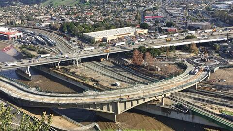 El puente Riverside Drive termina en el extremo sur en una glorieta.