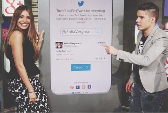 """""""Enseñándole a Sofía Vergara su primer tweet en mi Rincón Social"""", dijo..."""
