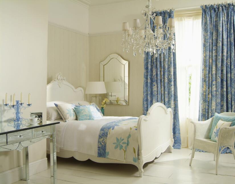Un piso claro y brillante, por ejemplo, de parquet natural o laminado, s...
