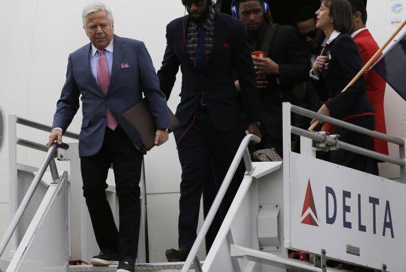 El dueño del equipo Robert Kraft fue el primero en salir del avión (AP-NFL)