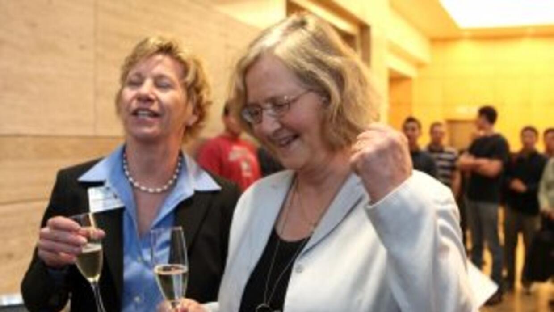Elizabeth Blackburn (der.), de la UC de San Francisco, ganó el Premio No...