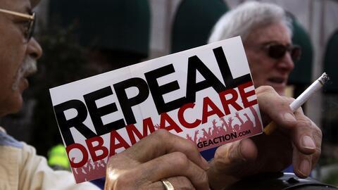 Un simpatizante con un cartel a favor de eliminar Obamacare en un evento...