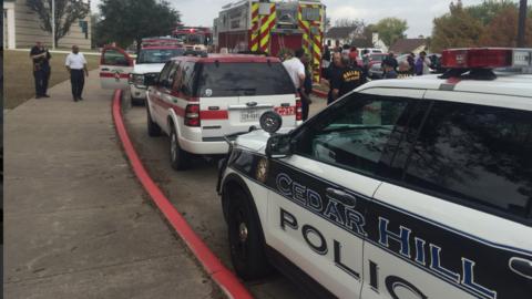 La policía y los bomberos acudieron a la escuela cuando decenas d...