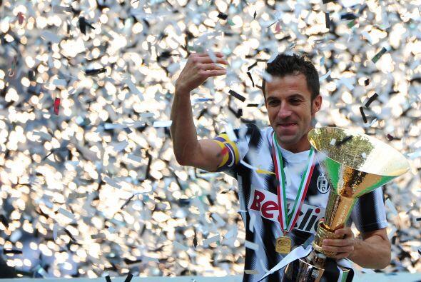 El ídolo italiano lideraba las celebraciones desde lo alto del estrado.