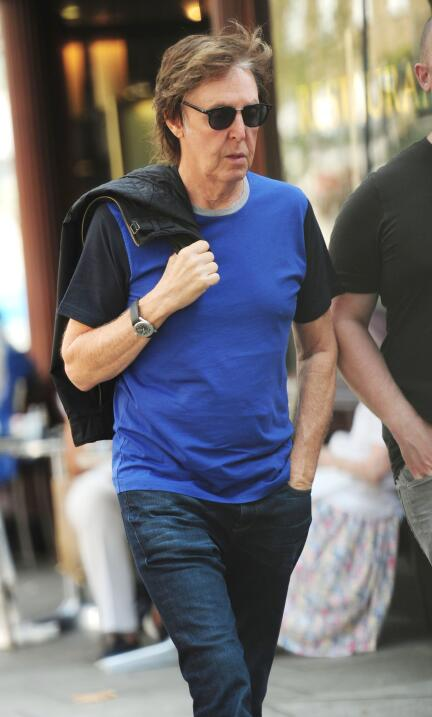 Paul McCartney caminando