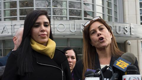 Emma Coronel (a la izquierda) junto a la defensora pública Michelle Gele...