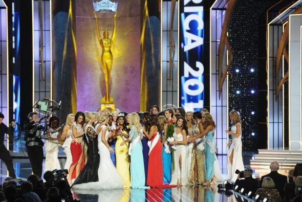 Las reinas de belleza saludan a Nina, la ganadora.