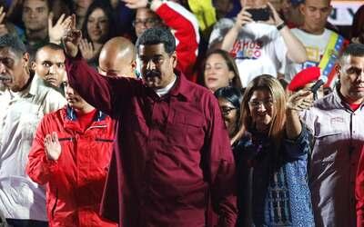 El presidente Nicolás Maduro desde una tarima frente al palacio d...