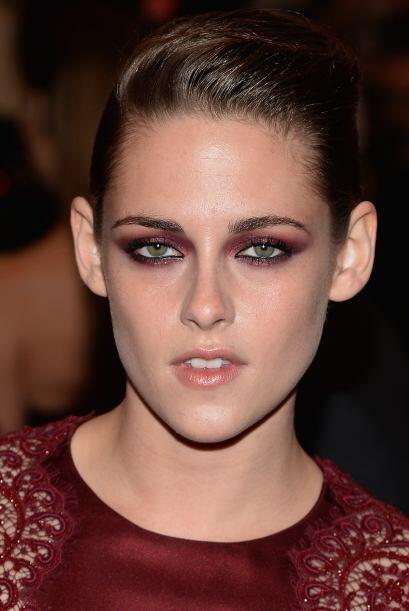 ¡Qué colmilluda! Kristen Stewart logró un buen look medio-punk medio-dar...