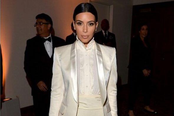 Kim lució hermosa en un atuendo en tonos blancos, elegante y reservada,...