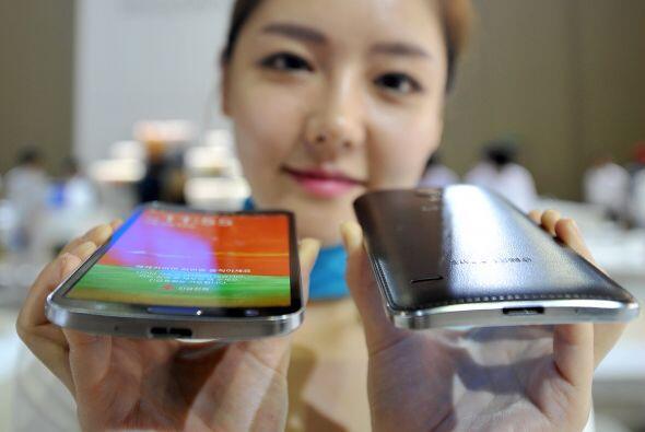 """Una modelo sostiene el primer Smarphone curvo llamado """"Galaxy Ronda"""" de..."""