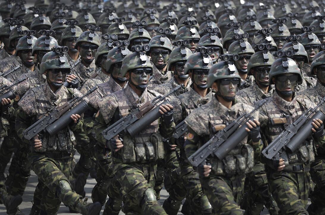 En fotos: Corea del Norte presume de sus armas pesadas durante desfile m...
