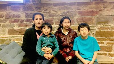 Jeanette Vizguerra junto a sus hijos Zury, Luna y Roberto.
