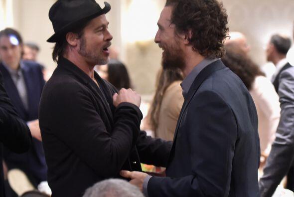Brad Pitt hablando con McConaughey