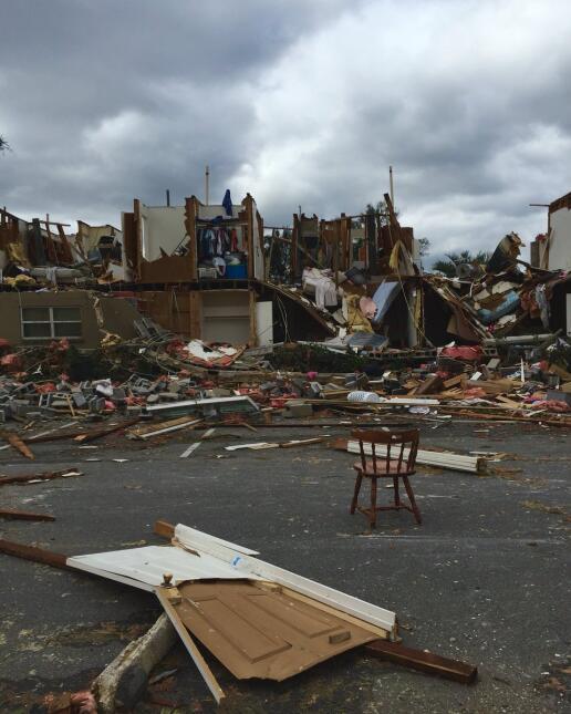 El paso de un tornado en Pensacola dejó varias casas destruidas y a mile...