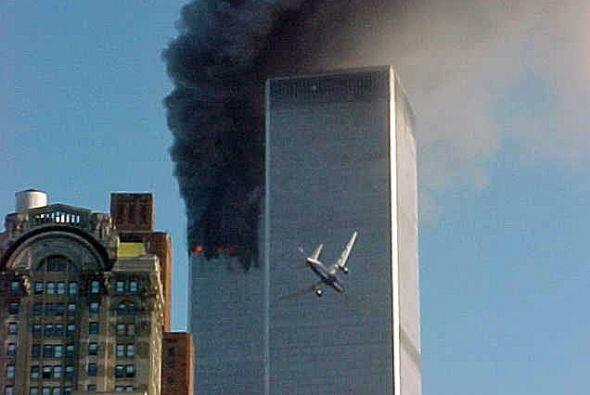 9:03 El vuelo 175 de United Airlines secuestrado se estrella contra la t...