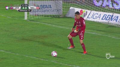 Hugo González tuvo problemas en el control y casi se le va el balón a gol
