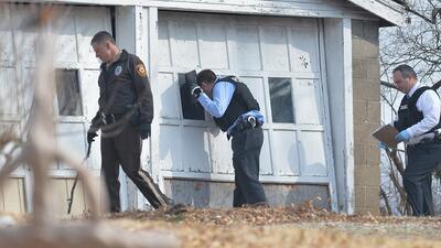 Autoridades buscan intensamente al pistolero que baleo a dos policías en...
