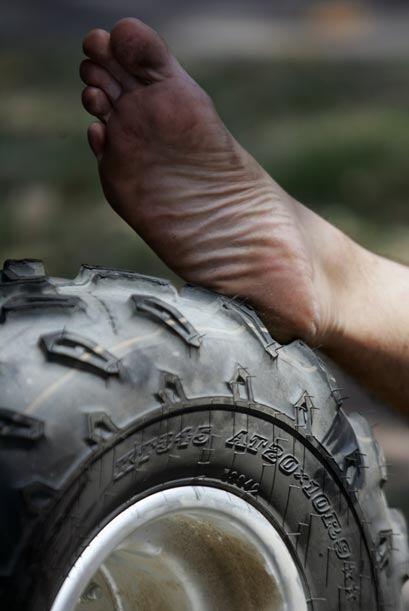 Un mecánico aprovechó una de las enormes ruedas para descansar en el int...